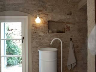 Rustico di Seravezza (Forte dei Marmi): Bagno in stile  di Architetto Silvia Giacobazzi