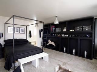 Black & White: Casas de estilo industrial por kababie arquitectos