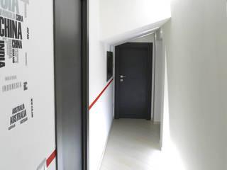 Corridoio zona notte: Case in stile  di STUDIO LAR