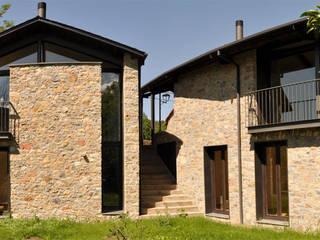 Casas para gemelas en los Pirineos:  de estilo  de ARQUITECTES CERDANYA