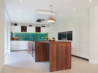 Contemporary Kitchen in Walnut and White Glass Cuisine moderne par in-toto Kitchens Design Studio Marlow Moderne