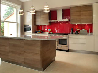 Contemporary Kitchen in 19th Century Home Cuisine moderne par in-toto Kitchens Design Studio Marlow Moderne