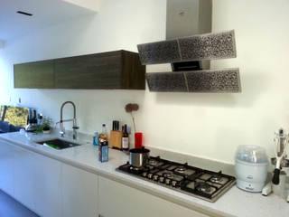 Bespoke splashback- interpretation of Blanco Arte by Gutman extractor hood Minimalist kitchen by Glartique Ltd Minimalist
