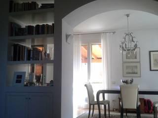 CASA FUORI BOLOGNA: Soggiorno in stile  di serenella ottone studio