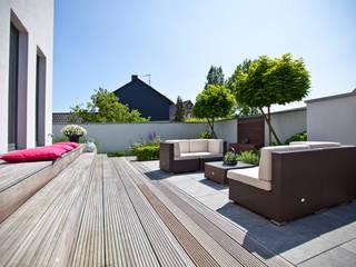 Balcones y terrazas de estilo minimalista de +grün GmbH Minimalista