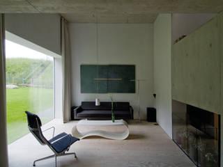 Zwei Wohnkulturen unter einem Dach:  Wohnzimmer von Halle 58 Architekten