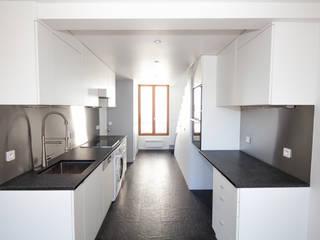 Duplex Lumineux: Cuisine de style  par Solenne Brugiroux Architecte, Moderne