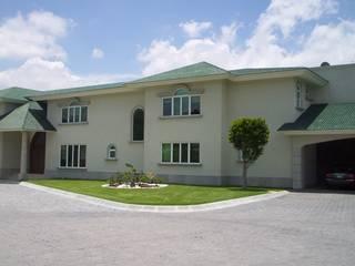 Residencia en Pachuca, Hgo. México Puertas y ventanas modernas de Multivi Moderno