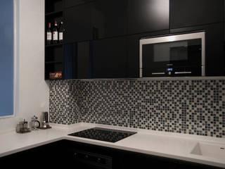 VIA CORREGGIO. MILANO. Trasparenze grigioargento. : Case in stile in stile Minimalista di Luigi Brenna Architetto