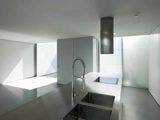 Casa Ricardo Pinto Cocinas modernas de CORREIA/RAGAZZI ARQUITECTOS Moderno