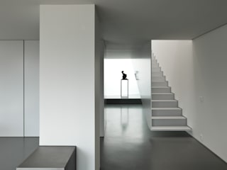 Casa Ricardo Pinto: Corredores e halls de entrada  por CORREIA/RAGAZZI ARQUITECTOS