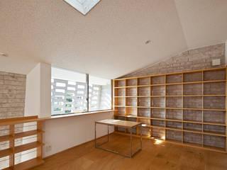 SHIRASU Salas multimídia modernas por ARAY Architecture Moderno