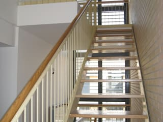 Escalera interior y ventanal a dos plantas: Pasillos y vestíbulos de estilo  de ARQUIGESTIÓN ARAGÓN S.L.P.