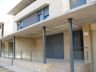 Fachada posterior: Casas de estilo moderno de ARQUIGESTIÓN ARAGÓN S.L.P.