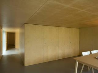 Casa no Gerês: Salas de estar  por CORREIA/RAGAZZI ARQUITECTOS