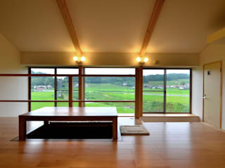Living room by 宮崎環境建築設計