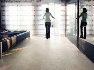 Moderne und individuelle Travertin Medium Line-Fliesen:  Schlafzimmer von jonastone
