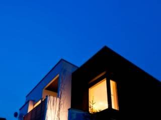 Maisons de style  par タムラ設計