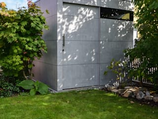 Jardines de estilo moderno de design@garten - Alfred Hart - Design Gartenhaus und Balkonschraenke aus Augsburg Moderno