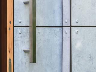 Garajes y galpones de estilo minimalista de design@garten - Alfred Hart - Design Gartenhaus und Balkonschraenke aus Augsburg Minimalista