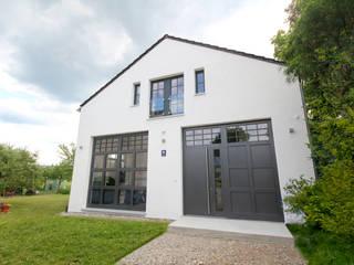 Umnutzung einer Autowerkstatt in ein Wohnhaus mit Loftcharakter in Parsdorf bei München: industriell  von Planungsbüro Schilling,Industrial