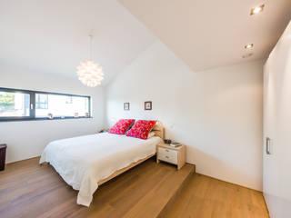 Aufgefächert - Einfamilienwohnhaus in Weinheim Helwig Haus und Raum Planungs GmbH Minimalistische Schlafzimmer