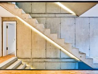 Am Hang und aus der Reihe, Neustadt an der Weinstraße Helwig Haus und Raum Planungs GmbH Moderner Flur, Diele & Treppenhaus