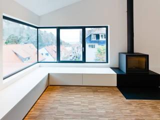 Am Hang und aus der Reihe, Neustadt an der Weinstraße Minimalistische Wohnzimmer von Helwig Haus und Raum Planungs GmbH Minimalistisch