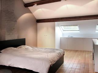 Un nouvel espace de 35m2 sous toiture:  de style  par Olivier De Cubber - Architecture d'intérieur, design & décoration