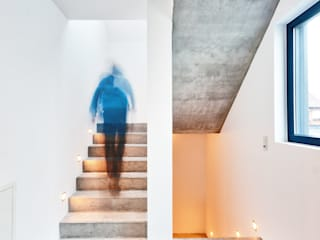 Single Family House in Heppenheim, Germany Helwig Haus und Raum Planungs GmbH Modern corridor, hallway & stairs