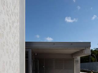ESCUELA JOSEP GUINOVART Paredes y suelos de estilo moderno de PICHARCHITECTS Moderno