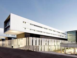 HOSPITAL UNIVERSITARIA SANT JOAN DE REUS Paredes y suelos de estilo moderno de PICHARCHITECTS Moderno