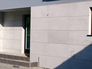 Beton architektoniczny na elewacje Nowoczesne domy od Luxum Nowoczesny