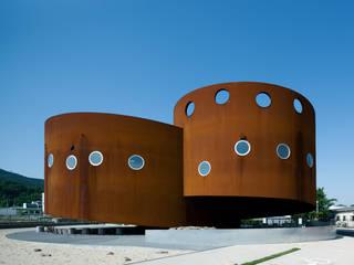Musei in stile  di 遠藤秀平建築研究所/Endo Shuhei Architect Institute