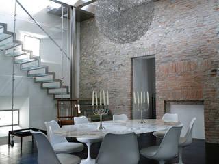 Suggestioni abitative tra materia e trasparenze.: Case in stile in stile Moderno di Studio Chigiotti