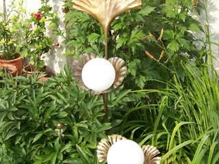 Designer-Solarlampen sog. LICHTBLÜTEN: klassischer Garten von Kunstschmiede