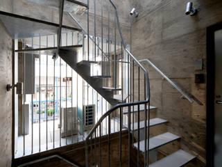 ヨツヤ・テネラ: KEY OPERATION INC. / ARCHITECTSが手掛けた廊下 & 玄関です。
