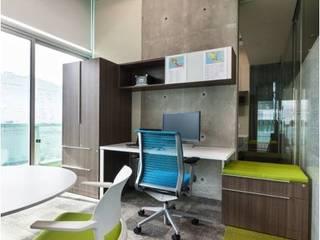 Oficina con acentos de color:  de estilo  por Ofis Design