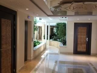 Habitation Collectif: Couloir et hall d'entrée de style  par TTHD