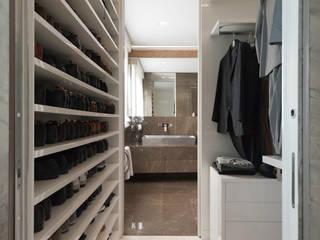 Closets de estilo moderno por studiodonizelli
