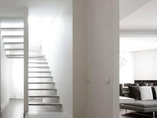 Pasillos, vestíbulos y escaleras de estilo moderno de ANG42 Moderno