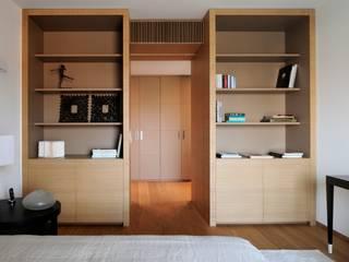 camera matrimoniale: Camera da letto in stile in stile Moderno di ANG42