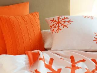 Snowflakes - Schneekristalle auf Decken & Kissen: moderne Wohnzimmer von Lenz & Leif