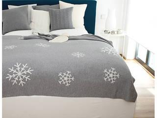 Snowflakes - Schneekristalle auf Decken & Kissen : moderne Wohnzimmer von Lenz & Leif