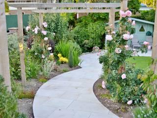 Traditional Garden Сад в стиле кантри от Unique Landscapes Кантри