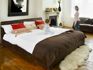 Larger beds including Emperor Size de The Big Bed Company Moderno