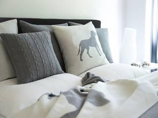 Dogs - Decken, Kissen und Wärmflaschen in gedeckten Farben: moderne Wohnzimmer von Lenz & Leif