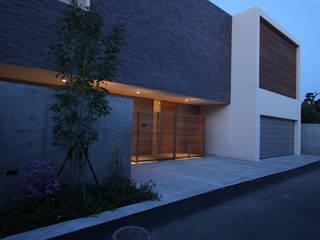Lucent Court House: Atelier Squareが手掛けた家です。,モダン