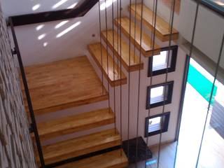 Pasillos, vestíbulos y escaleras de estilo moderno de ArchiDes Moderno