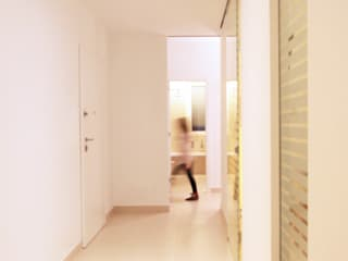 Pasillos, vestíbulos y escaleras de estilo minimalista de francesco marella architetto Minimalista